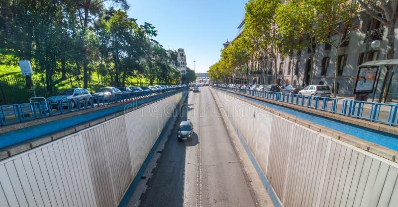 Straßen von Madrid, Spanien, Calle del Alfonso legt darunter im Herzen der Stadt einen Tunnel an lizenzfreies stockbild