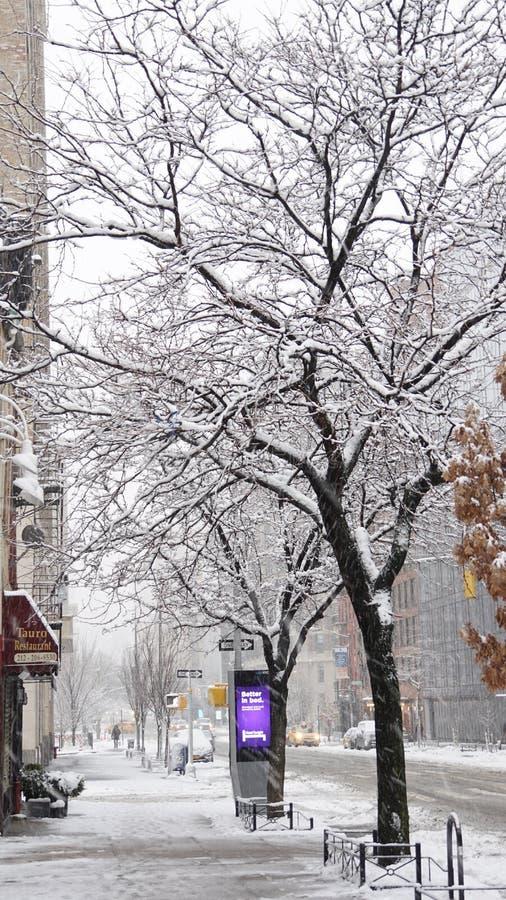 Straßen von Manhattan im Schnee am Winter in New York City, USA lizenzfreies stockfoto