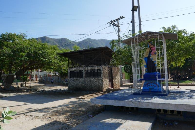 Straßen von Taganga mit der Jungfrau von Carmen lizenzfreie stockfotos