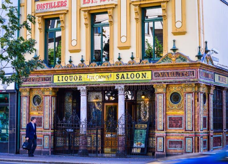 Straßenansicht der Kronen-Bar, berühmte Kneipe an der großen victorial Straße Belfast lizenzfreie stockbilder