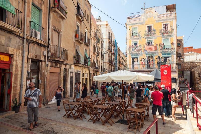 Straßenansicht mit gehenden Touristen Tarragona, Spanien lizenzfreies stockfoto