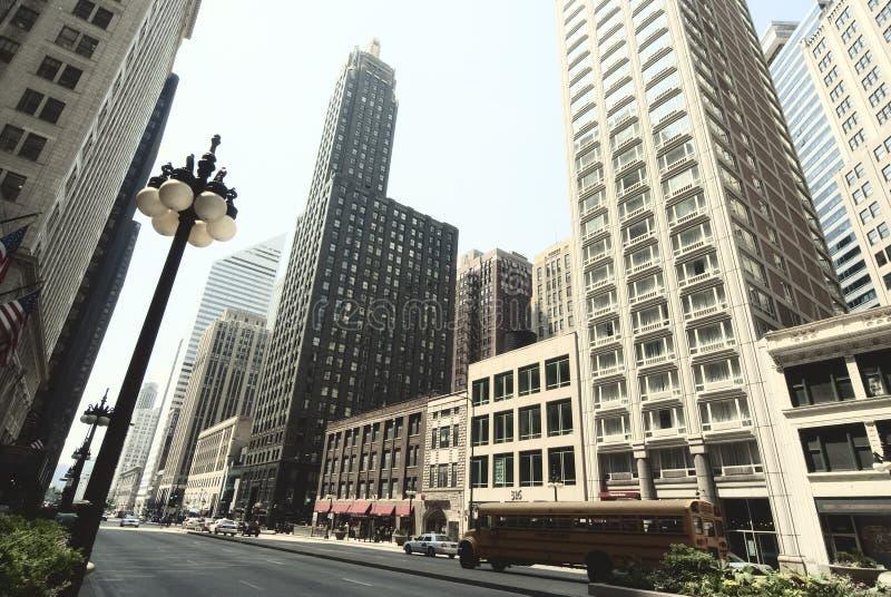 Straßenansicht von Chicago im Stadtzentrum gelegen Stadtlandschaft mit Türmen und lizenzfreie stockbilder