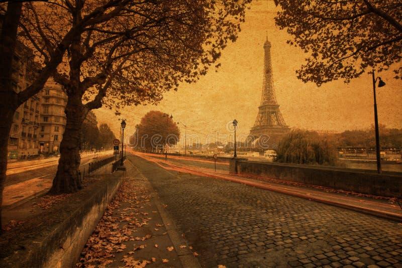 Straßenansicht von Paris mit Weinlesepapierbeschaffenheit lizenzfreies stockbild