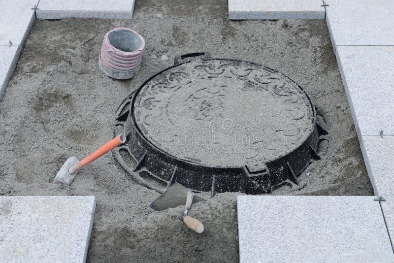 Straßenarbeit über die Installation des Einsteigelochs lizenzfreies stockfoto
