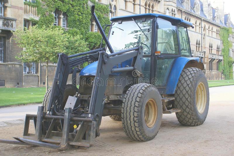 Straßenarbeitenmaschine traktor Grünes Gras im Hintergrund lizenzfreies stockfoto