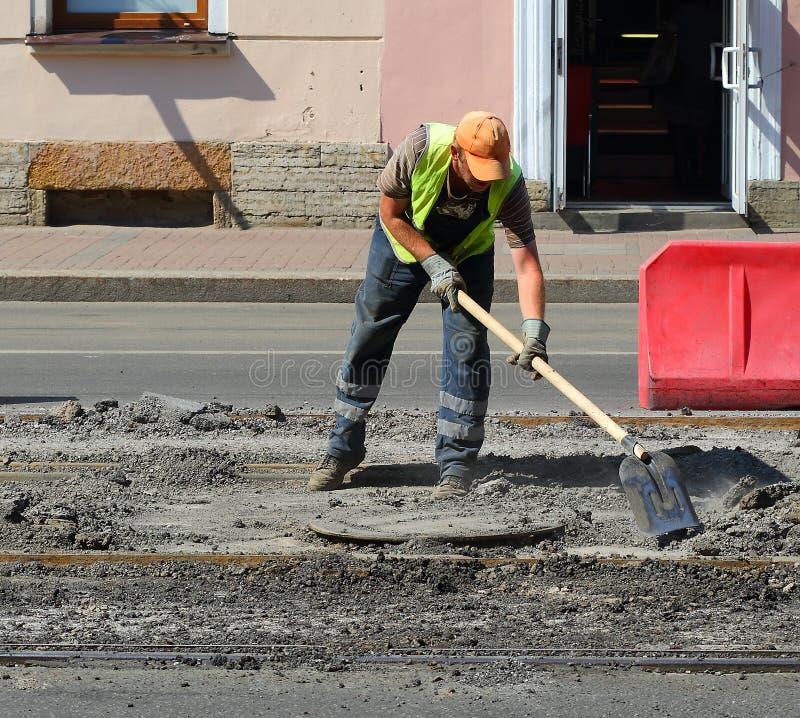 Straßenarbeitskraft mit Schaufel lizenzfreies stockbild