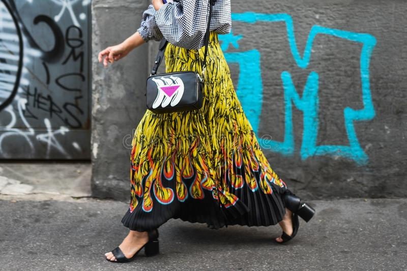 Straßenartausstattungen bei Milan Fashion Week lizenzfreie stockfotos