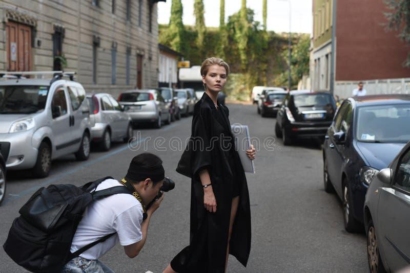 Straßenartausstattungen bei Milan Fashion Week stockfoto