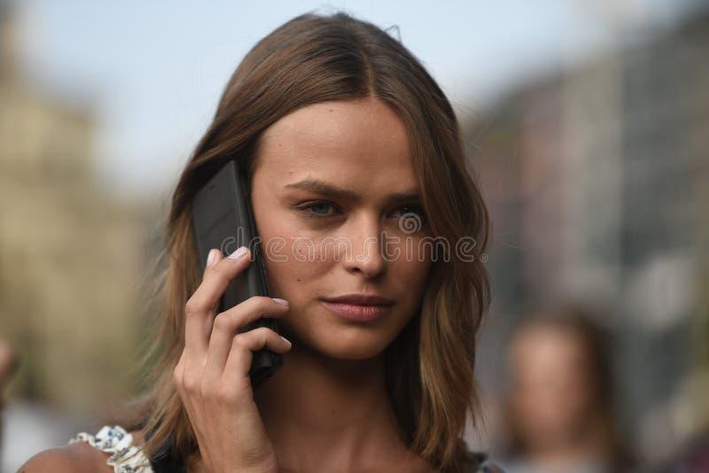 Straßenartausstattungen bei Milan Fashion Week stockbild