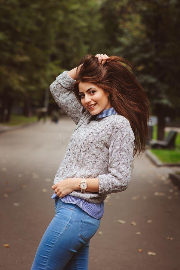 Straßenartporträt des jungen schönen glücklichen Mädchens, das in Herbststadt geht stockfotos
