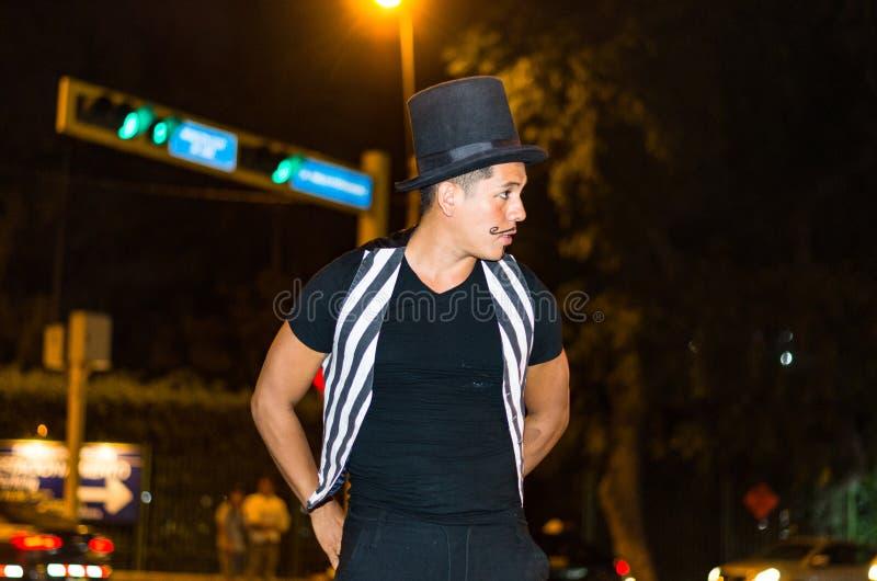 Straßenausführender, der in den Straßen von Lima - Peru nachts durchführt lizenzfreies stockfoto