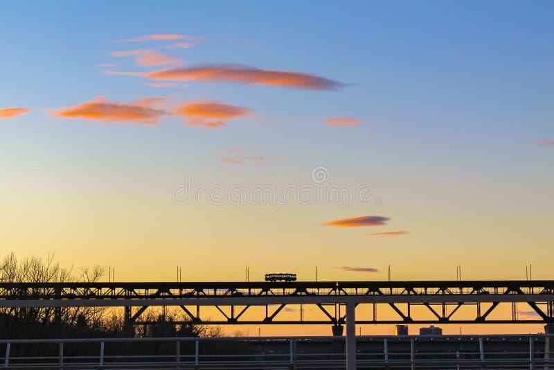 Straßenbahn-Überfahrt bei Sonnenuntergang lizenzfreies stockfoto