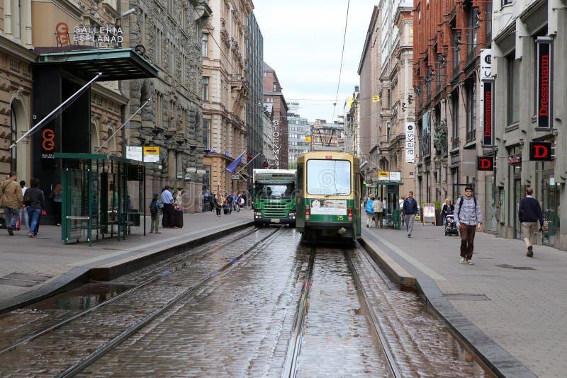Straßenbahn auf der kleinen Straße in Helsinki, Finnland stockfotos