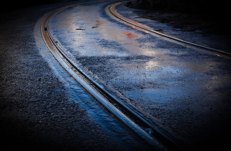 Straßenbahn-Kurven-Bahn naß lizenzfreies stockfoto
