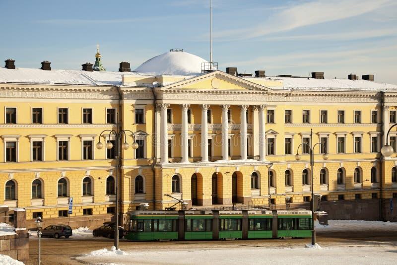 Straßenbahn vor Helsinki-Hochschulmuseum stockbilder