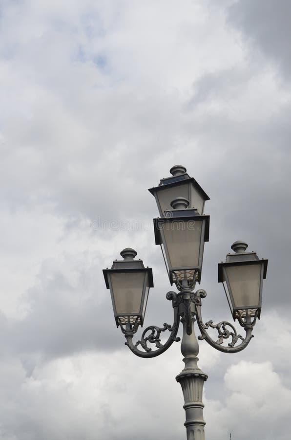 Straßenbeleuchtung alt in Melfi lizenzfreie stockfotografie