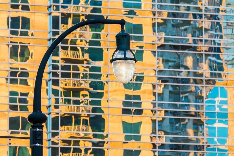 Straßenbeleuchtung auf dem Hintergrund des Wolkenkratzers stockfoto