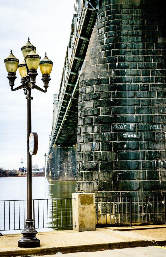 Straßenbeleuchtung und Fluss-Brücke lizenzfreie stockbilder