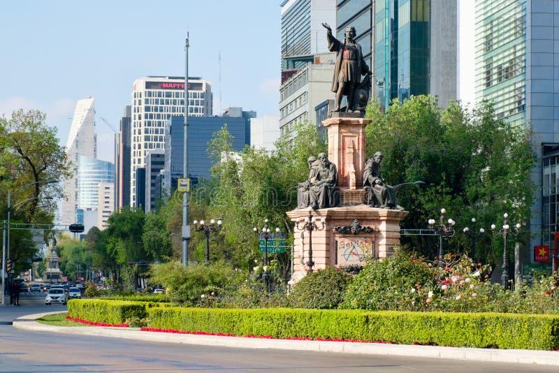 Straßenbild bei Paseo de la Reforma in Mexiko City nahe der Christopher Columbus-Statue lizenzfreie stockfotografie