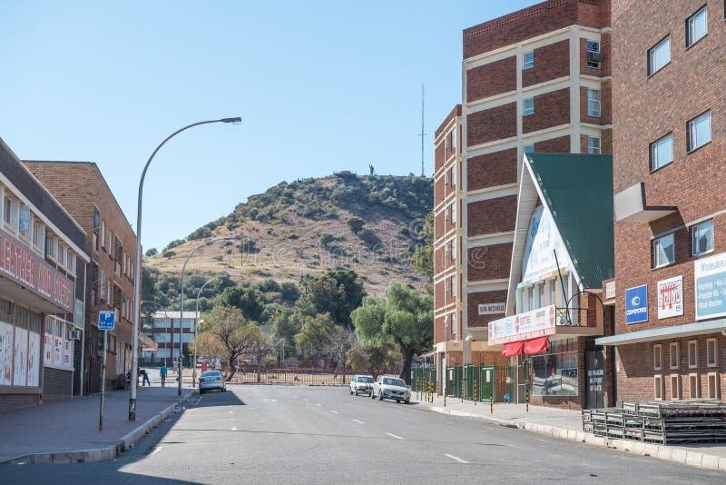 Straßenbild in Bloemfontein mit der Statue von Nelson Mandela lizenzfreie stockfotografie