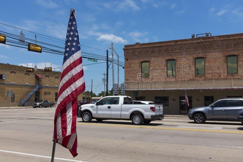 Straßenbild in der Stadt von Giddings im Schnitt von U S Landstraßen 77 und 290 in Texas stockfotos