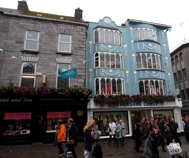 Straßenbild Galways Irland mit Käufern stockbilder