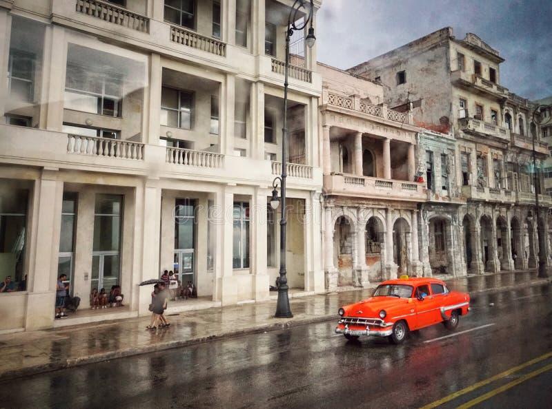 Straßenbild mit altem amerikanischem Auto und getragene heraus Gebäude in Hav stockfotografie