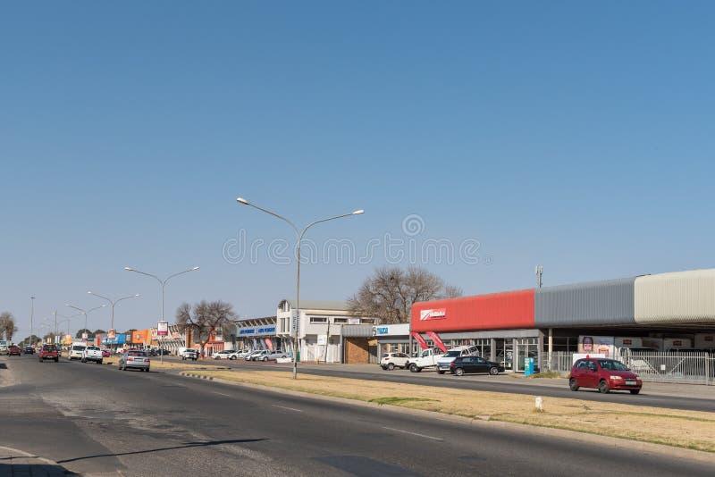 Straßenbild, mit Geschäften und Fahrzeugen, in Welkom lizenzfreies stockfoto