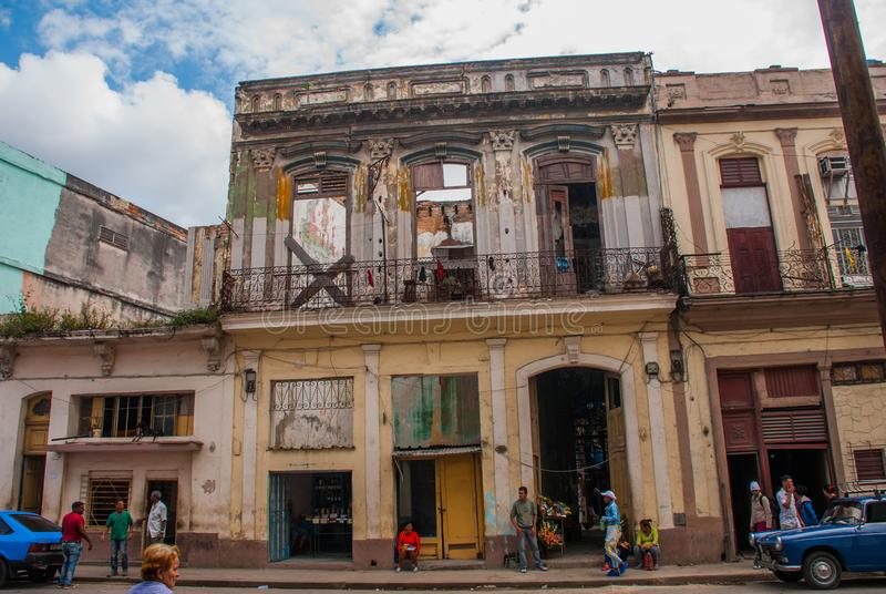 Straßenbild mit klassischen alten Autos und traditionellen bunten Gebäuden in im Stadtzentrum gelegenem Havana kuba lizenzfreie stockfotos