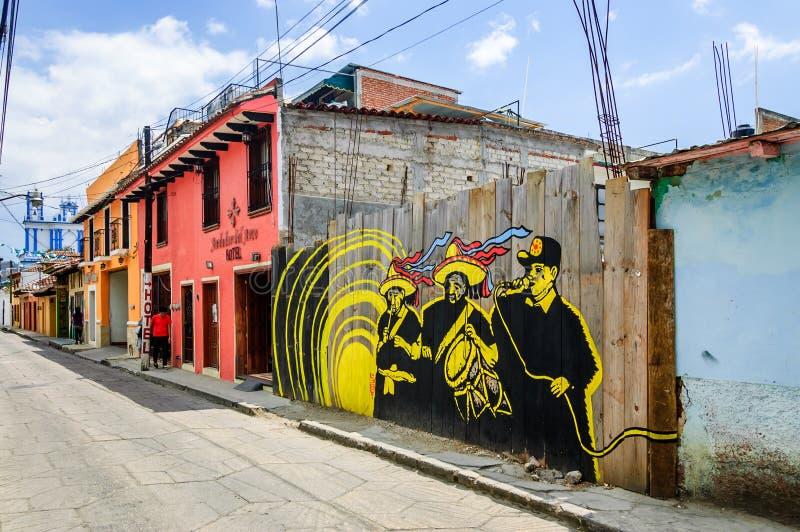 Straßenbild mit Straßenkunst in San Cristobal de Las Casas, Mexi lizenzfreie stockbilder