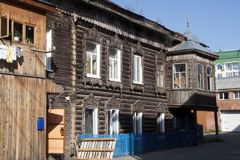 Straßenbild mit traditionellen Holzhäusern stockbild