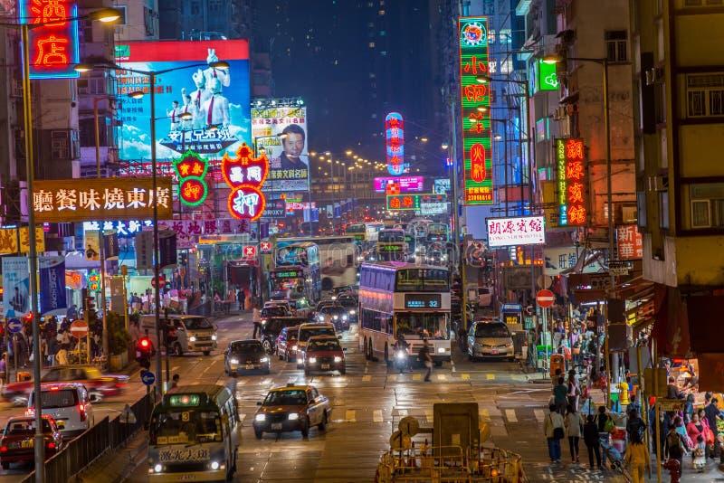 Straßenbild in Mongkok. Bunte Einkaufsstraße belichtet nachts stockbilder