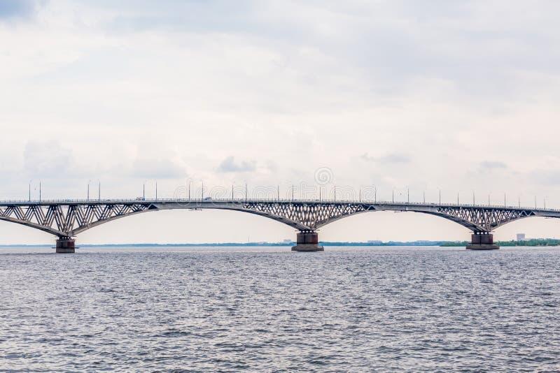 Straßenbrücke über der Wolga zwischen Saratow und Engels, Russland Bewölkter Sommertag stockbilder