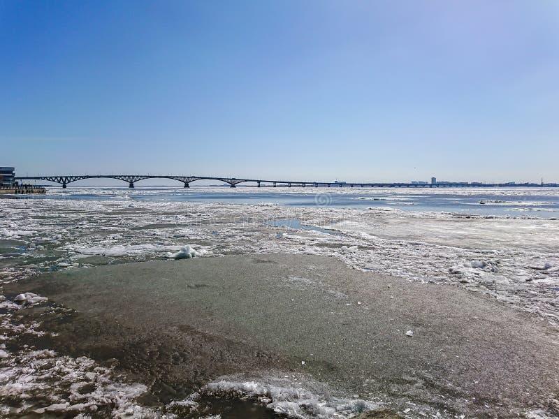 Straßenbrücke über der Wolga zwischen Saratow und Engels, Russland Eisgang auf dem Fluss im Frühjahr stockfotografie