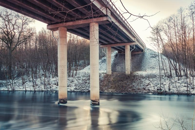 Straßenbrücke über Strom stockbild