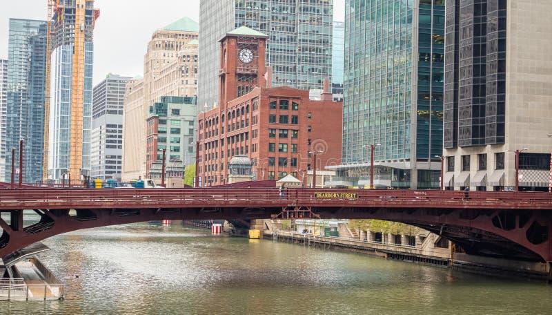 Straßenbrücke Chicagos Dearborn über Fluss, hoher Aufstiegsgebäudehintergrund lizenzfreie stockfotos