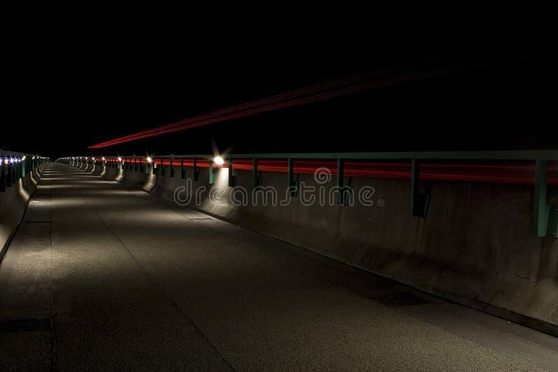 Straßenbrücke nachts lizenzfreie stockbilder