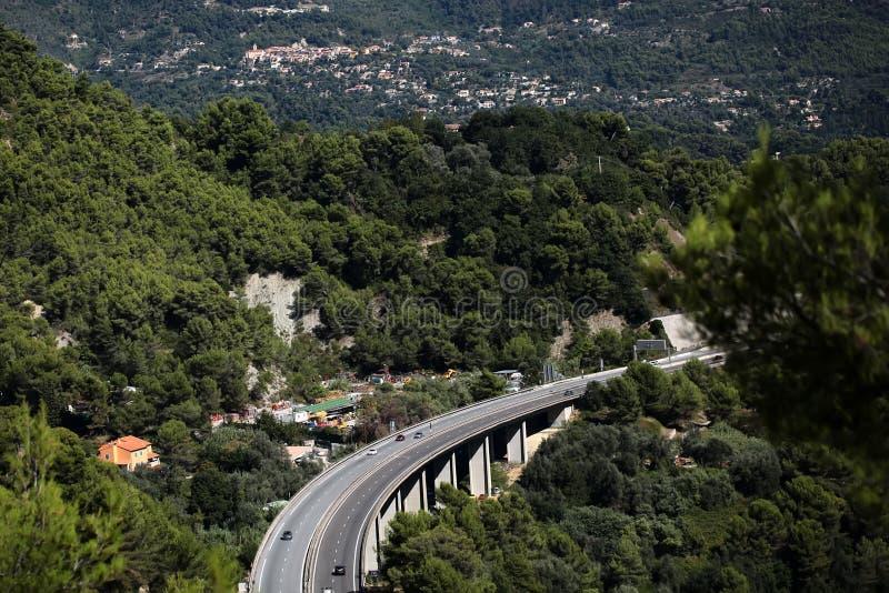 Straßenbrücke unter Bergen lizenzfreies stockbild