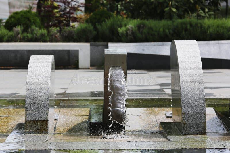 Straßenbrunnen mit Wasser ein kleiner städtischer Wasserfall lizenzfreies stockfoto