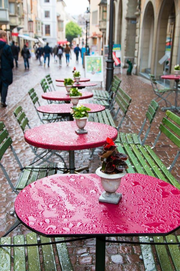 Straßencafé in der europäischen Stadt stockbild