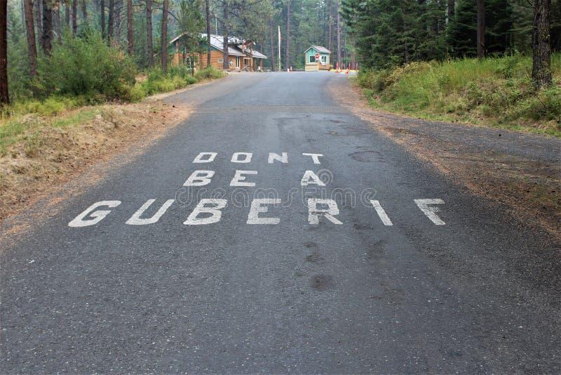 Straßendeckemarkierung am Eingang zum Winchester See-Nationalpark in Idaho warnt, dass Camper 'nicht Brandstifter eines Guberif ' stockfotos