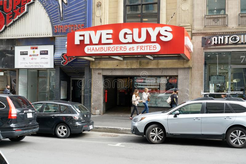 Straßeneingang mit fünf Kerlen lizenzfreie stockfotos