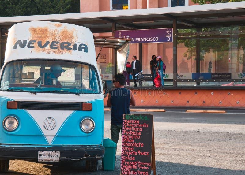 StraßenEiscremeverkäufer im mexikanischen Boulevard lizenzfreie stockfotos