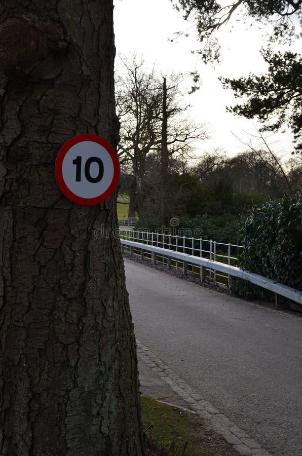 Straßengeschwindigkeitszeichen auf Landstraße stockfoto