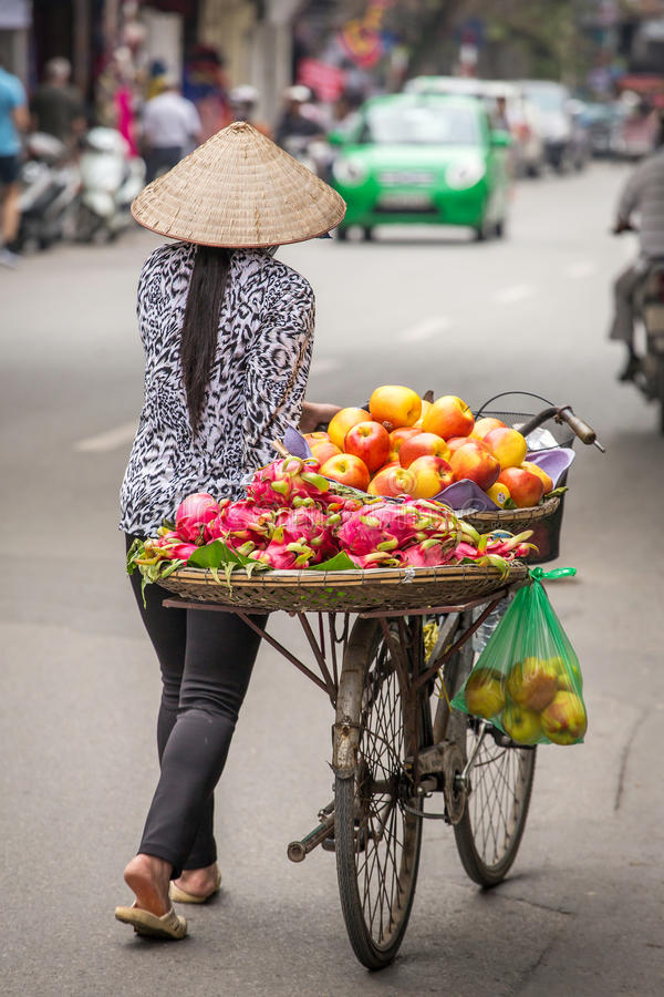 Straßenhändler auf einem Fahrrad in Hanoi stockbild