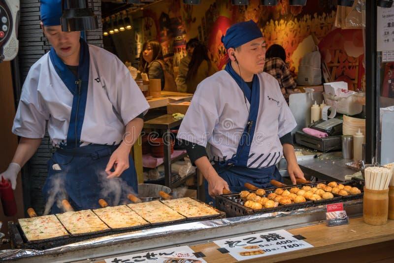 Straßenhändler der wohlschmeckenden japanischen Nahrung an Dotonbori-Straße in Osaka lizenzfreies stockfoto
