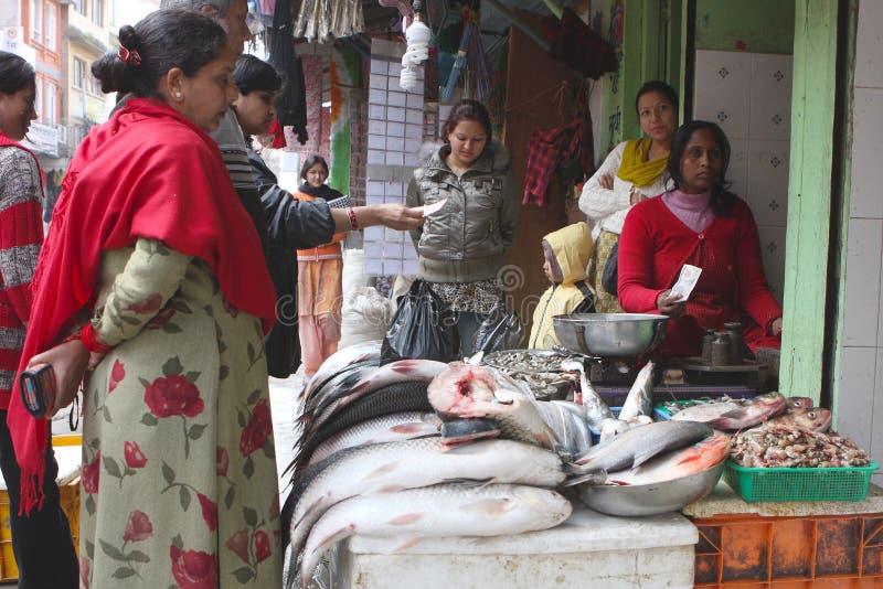 Straßenhandel in den Fischen stockbild