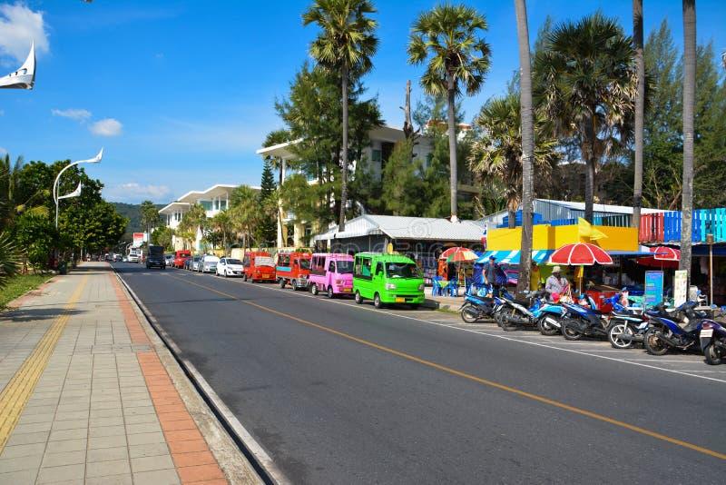 Straßenhandel, tuk-tuk und Mietroller auf dem srteet in Phuket lizenzfreies stockbild