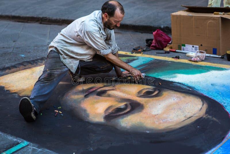 Straßenkünstler, der Mona Lisa auf Asphalt zeichnet lizenzfreie stockfotos