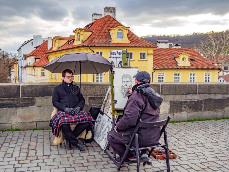Straßenkünstler zeichnen für männliche Touristen lizenzfreies stockbild